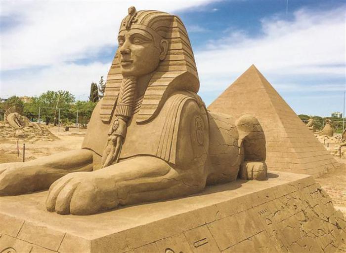 sculpture-de-sable-Sphinx-et-les-pyramides