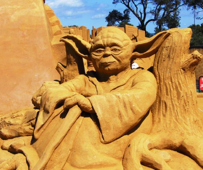 sculpture-de-sable-Yoda-en-sable-art-inspirant