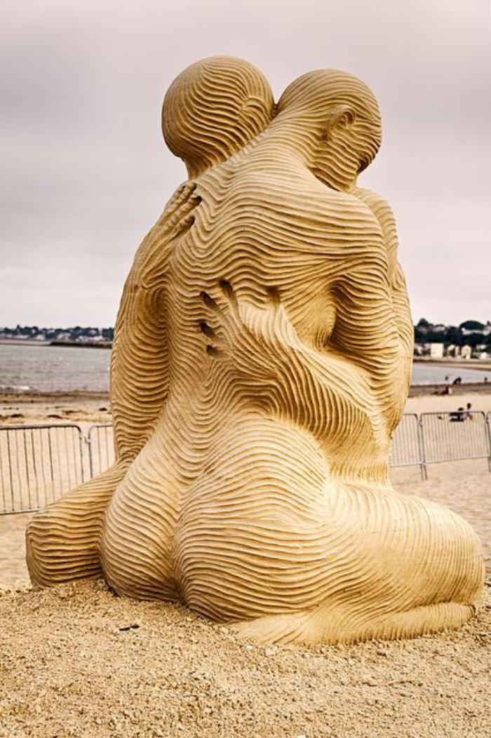 sculpture-de-sable-accolade-de-figures-en-sable