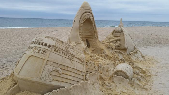 sculpture-de-sable-bâteau-qui-tombe-dans-le-museau-du-requin