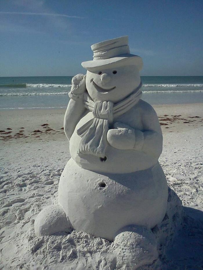 sculpture-de-sable-bonhomme-de-neige-sur-la-plage