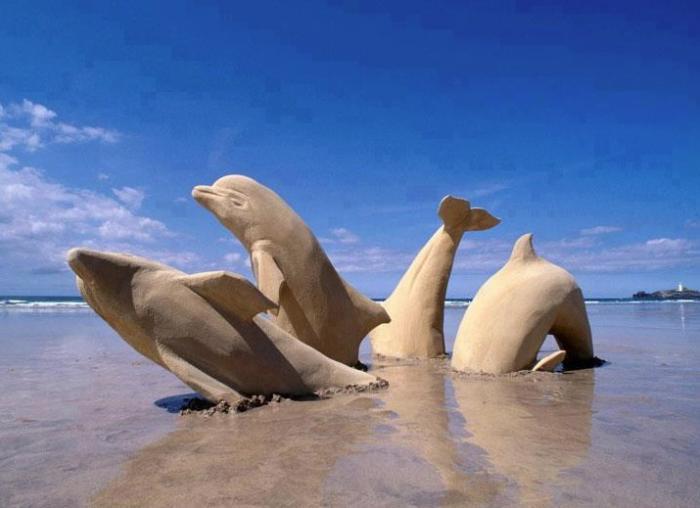 sculpture-de-sable-dauphins-plongeants