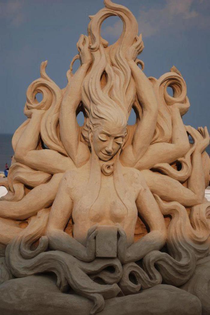 sculpture-de-sable-des-êtres-mythiques-faits-de-sable