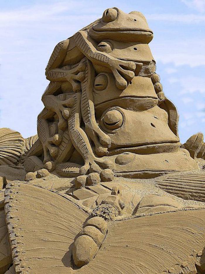 sculpture-de-sable-des-grenouilles-et-papillon