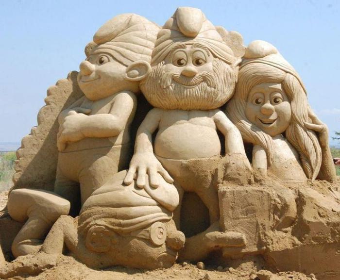 sculpture-de-sable-des-héros-des-films-d'enfants
