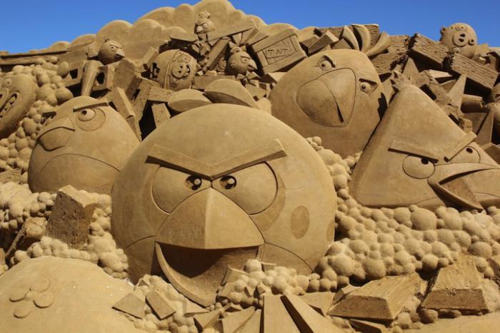 sculpture-de-sable-des-oiseaux-fâchés