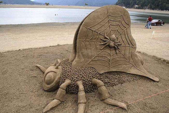 sculpture-de-sable-figures-absurdes-en-sable