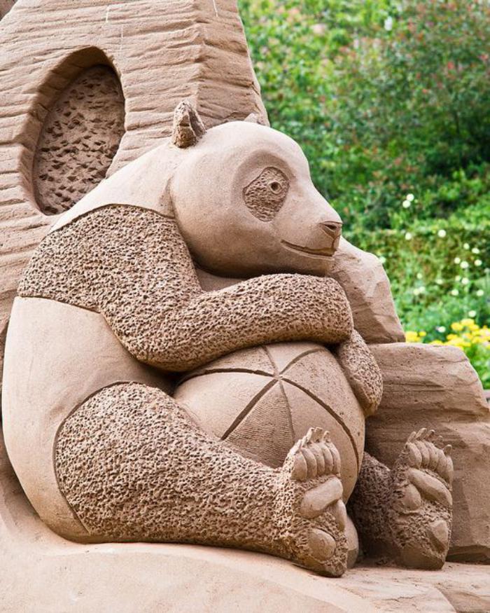 sculpture-de-sable-grande-panda-sympathique