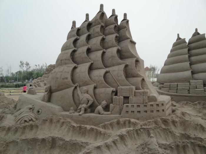 sculpture-de-sable-la-mer-et-les-bâteaux