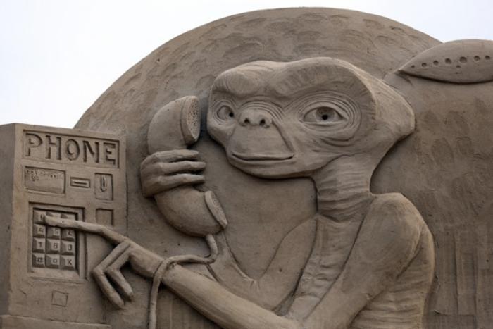sculpture-de-sable-la-mine-sympa-d'un-héros-fameux