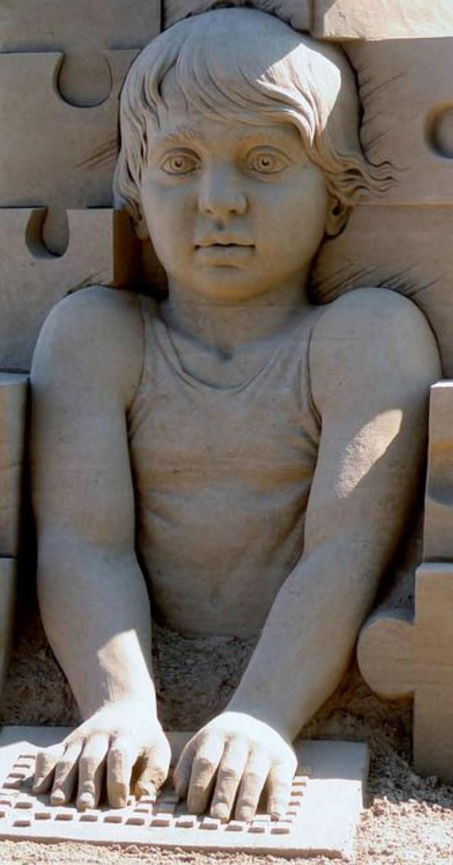 sculpture-de-sable-l'enfant-devant-l'ordinateur