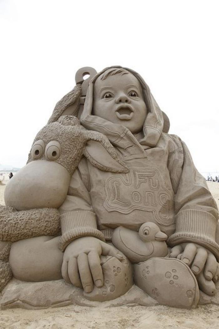 sculpture-de-sable-l'enfant-moderne
