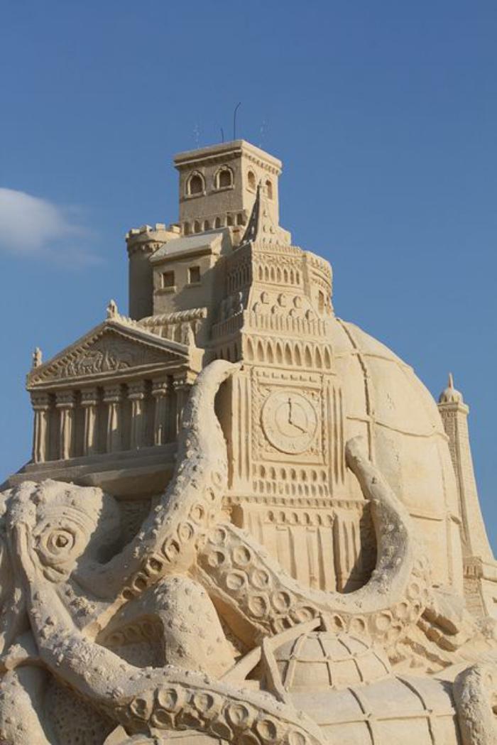 sculpture-de-sable-l'octopode-aui-envahit-la-ville