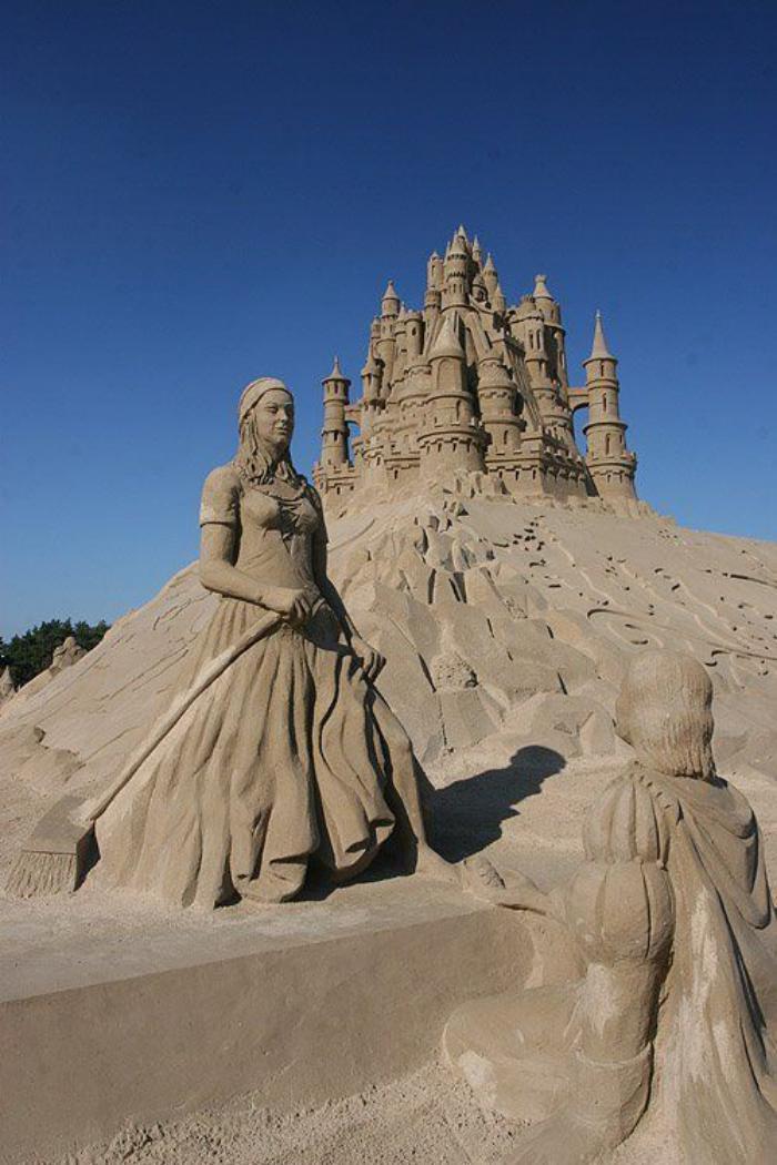 sculpture-de-sable-un-château-avec-sa-reine