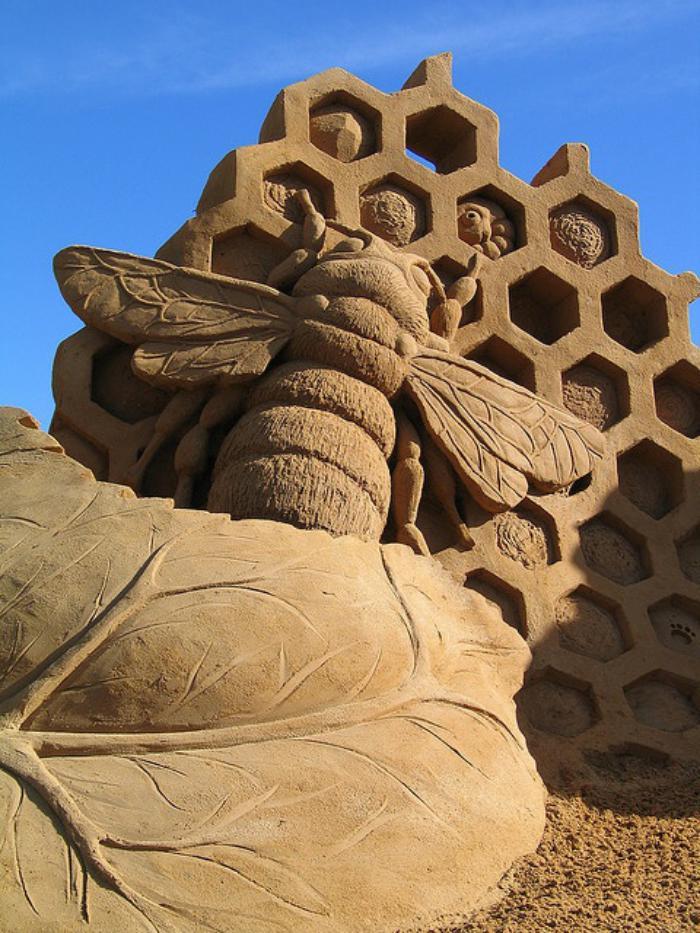 sculpture-de-sable-une-abeille-aui-travaille