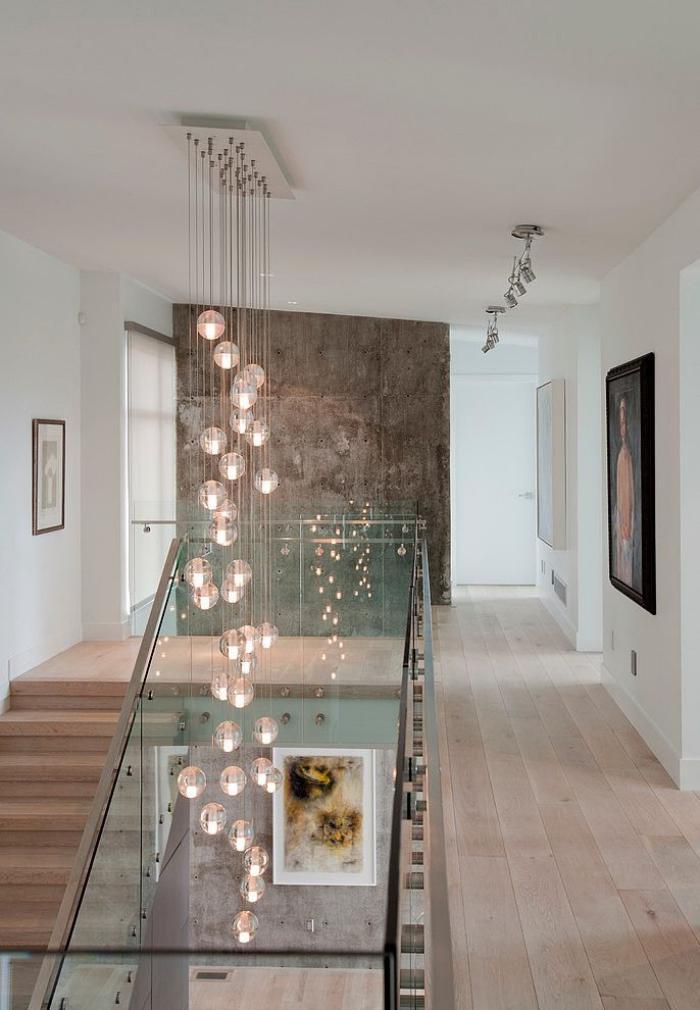 suspension-en-verre-cascade-escalier-et-couloir-modernes