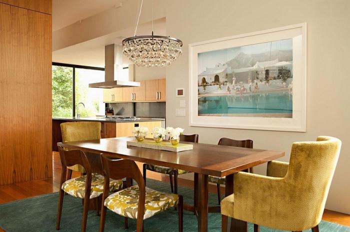 suspension-en-verre-chandelier-en-verre-magnifique-chaises-jaunes-et-tapis-vert