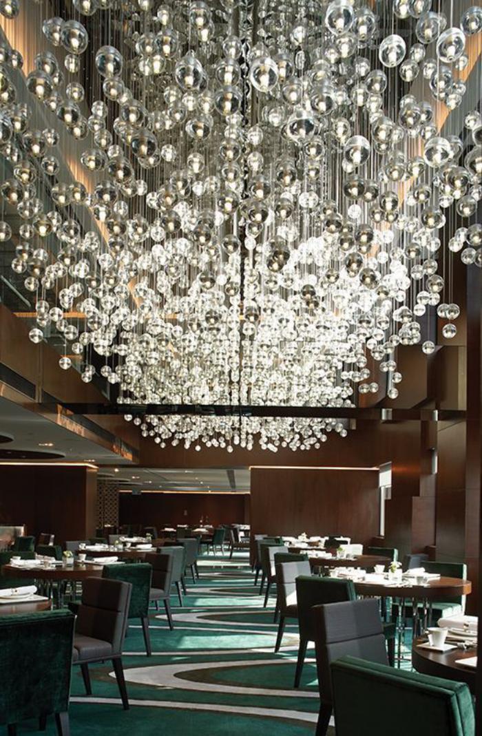 suspension-en-verre-plusieurs-suspensions-boules-dans-un-restaurant