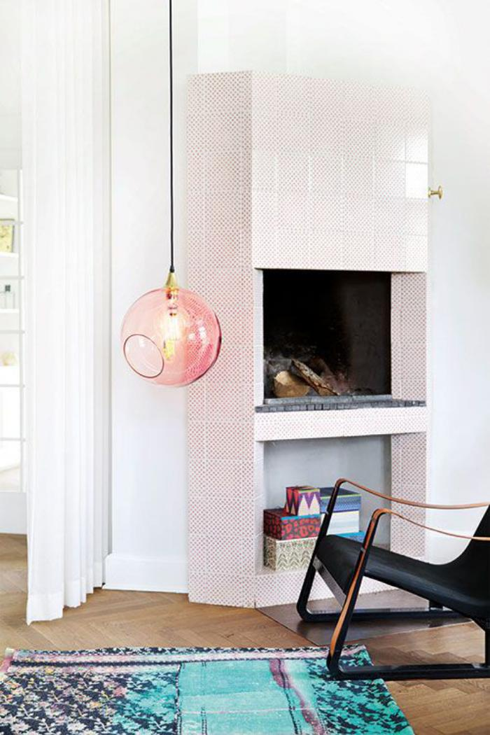 suspension-en-verre-suspension-boule-rose-dans-un-appartement-scandinave