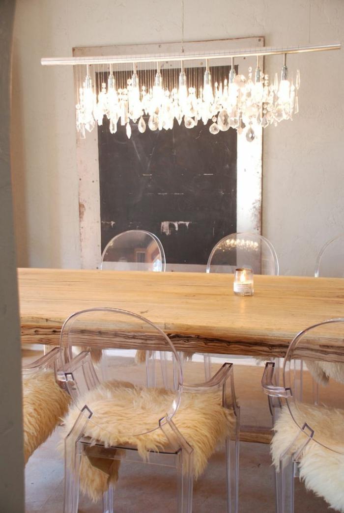table-carrée-salle-à-manger-contemporaine-en-bois-clair-avec-lustre-ultra-moderne-encrystal-chaises-transparentes