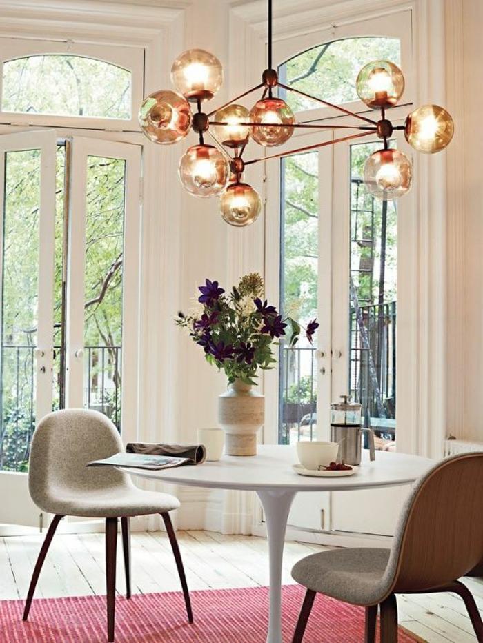 table-carrée-salle-à-manger-contemporaine-pour-deux-personnes-tapis-rose-fenetres-grandes