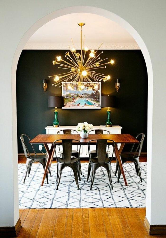 table-carrée-salle-à-manger-contemporaine-tapis-blanc-noir-murs-noirs-plafond-blanc-avec-lustre-en-forme-d-etoile
