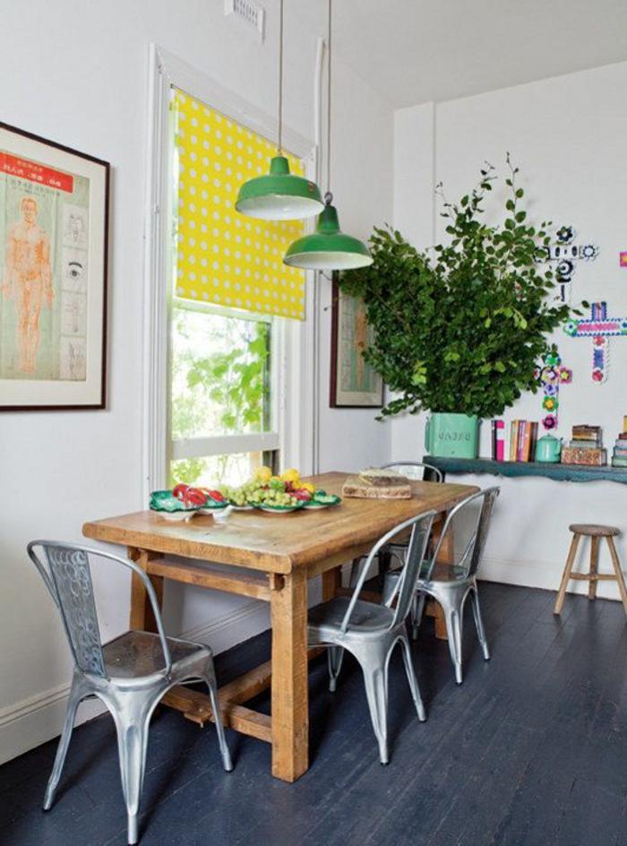 table-en-bois-clair-et-chaises-dans-la-salle-de-sejour-moderne-sol-gris-en-plancher