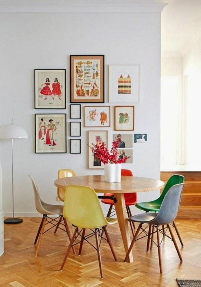 table-ronde-en-bois-salle-à-manger-contemporaine-sol-en-parquet-clair-chaises-colorées
