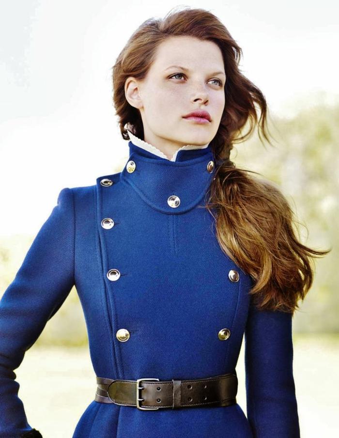 tenue-de-jour-femme-avec-le-veste-militaire-bleu-ceinture-cuir
