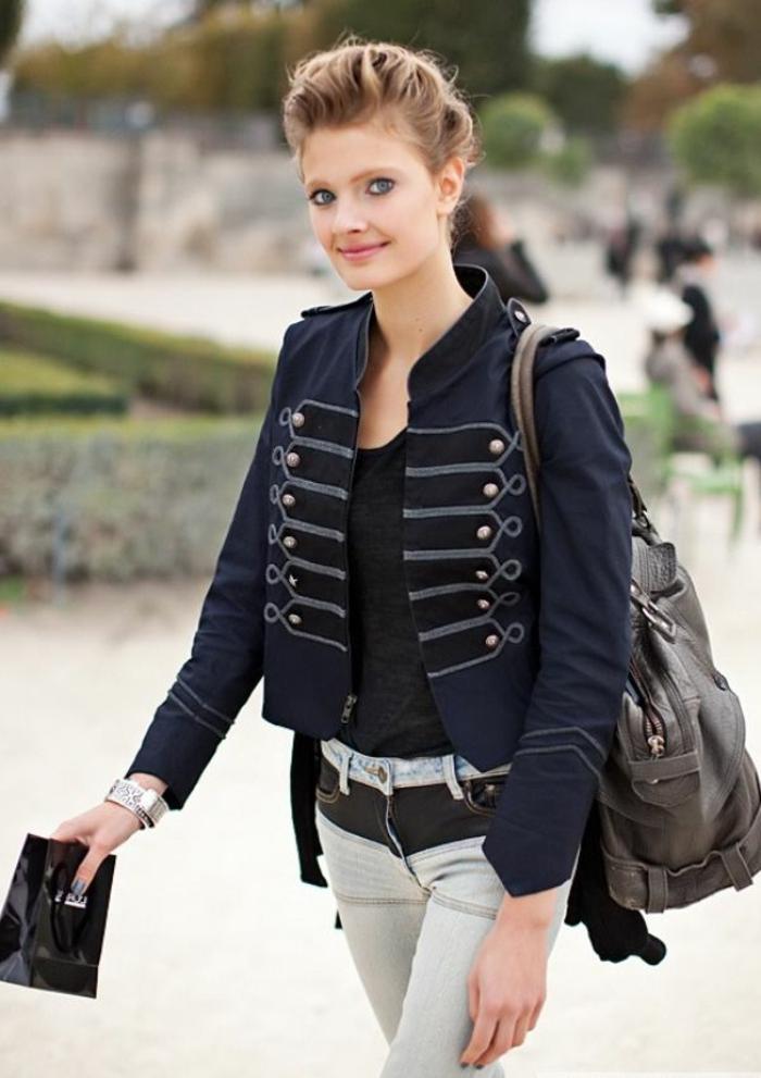 tenue-de-jour-femme-avec-le-veste-militaire-bleu-cool