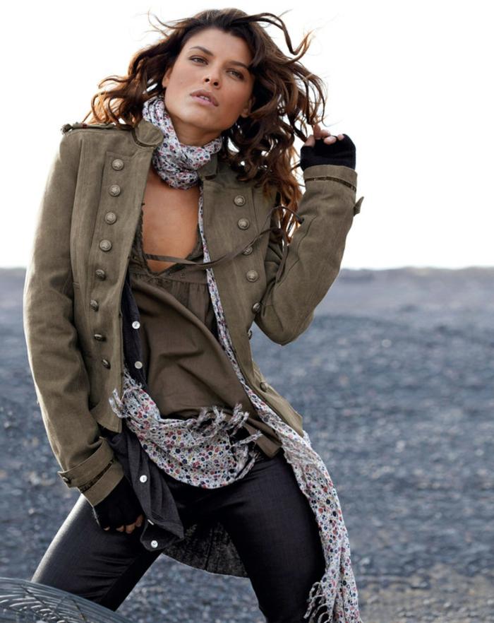 tenue-de-jour-femme-avec-le-veste-militaire-commerce-publicité