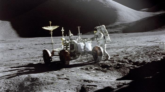 terre-lune-image-de-la-lune-costume-cosmonaute-cool