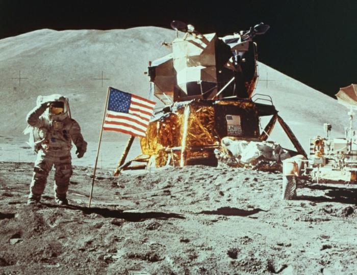 terre-lune-image-de-la-lune-costume-cosmonaute-sande-flang