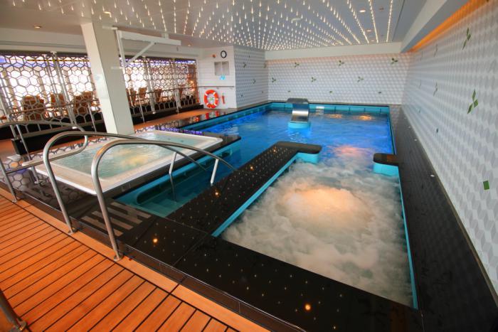 thermes-de-spa-grande-baignoires-d'eau-chaude-et-piscine