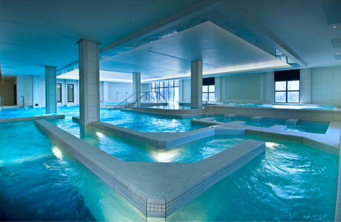 Thermes de spa contemporains eaux curatives et jolie for Piscine thermale