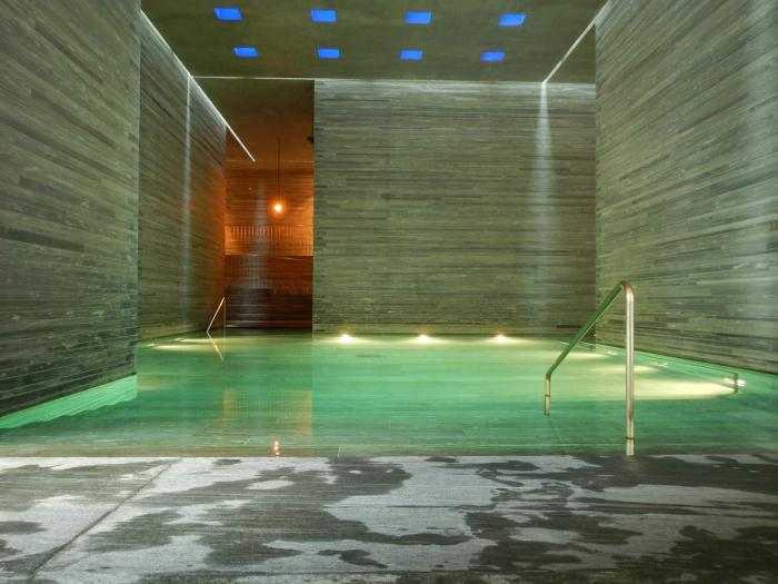 thermes-de-spa-jolie-architecture-en-Suisse-Peter-Zumthor