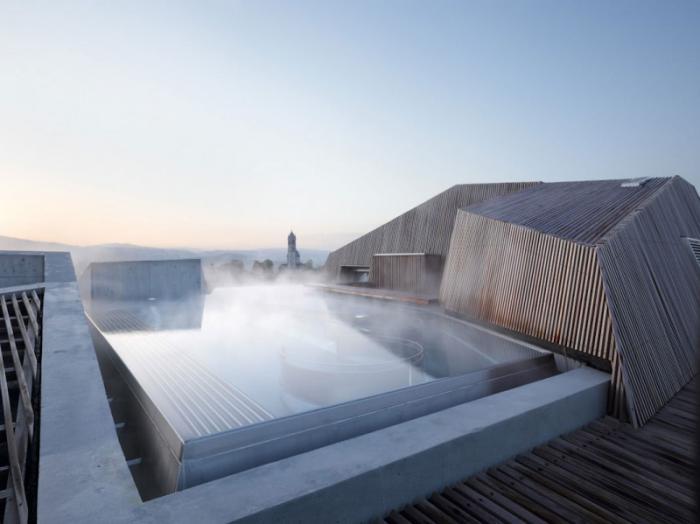thermes-de-spa-jolie-piscine-thermale-sur-le-toit