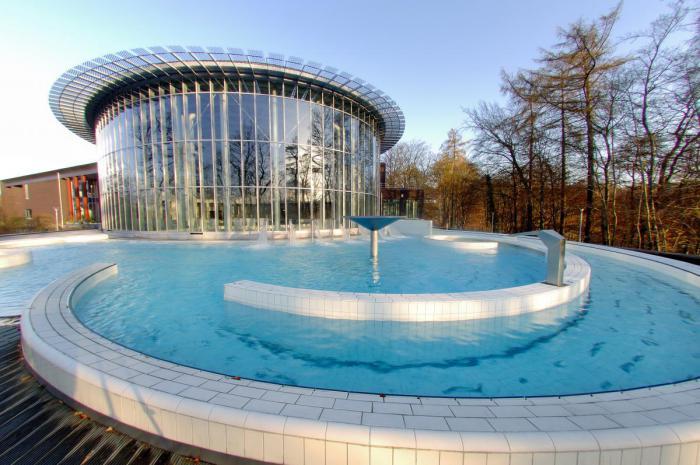thermes-de-spa-piscine-extérieure-eau-curative-et-bâtiment-spectaculaire