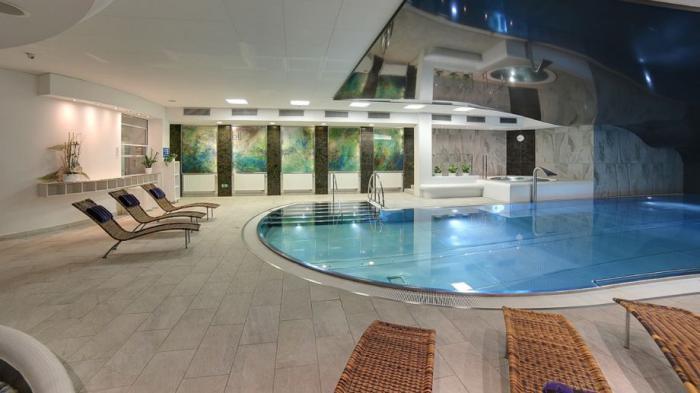 thermes-de-spa-piscine-ovale-et-architecture-luxueuse