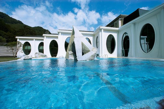 thermes-de-spa-piscine-thermale-extérieure