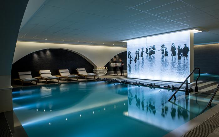 thermes-de-spa-piscine-thermale-publique-dans-unt-hôtel-contemporain