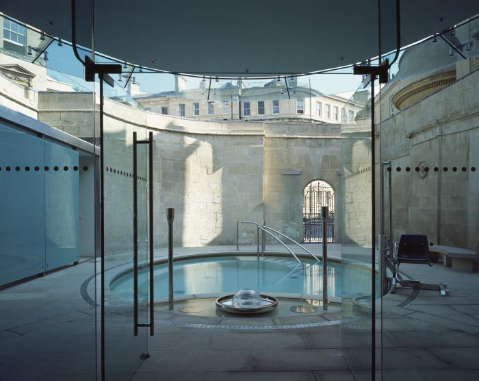 thermes-de-spa-prendre-des-bains-thermaux-petite-piscine-thermale