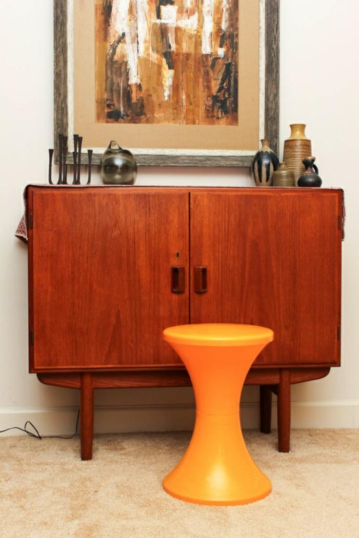 un-joli-tabouret-tam-tam-pas-cher-de-couleur-orange-meubles-d-intérieur-en-bois-et-peinture-art