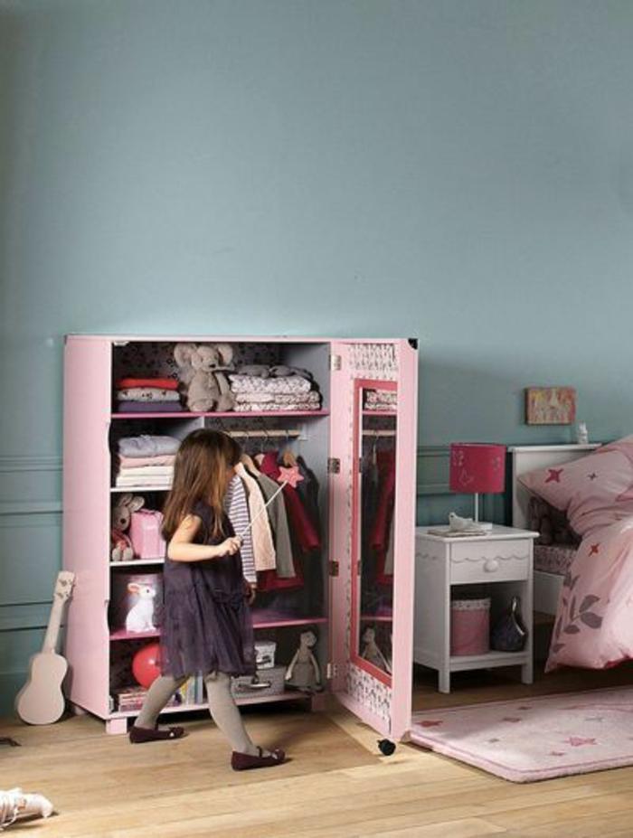 un-petit-armoir-dans-la-chambre-d-enfant-murs-bleus-sol-en-parquet-clair-dans-la-chambre-d-enfant