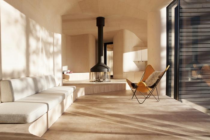 une-cheminée-centrale-suspendue-modernité-intérieur-salle-de-séjour-simple