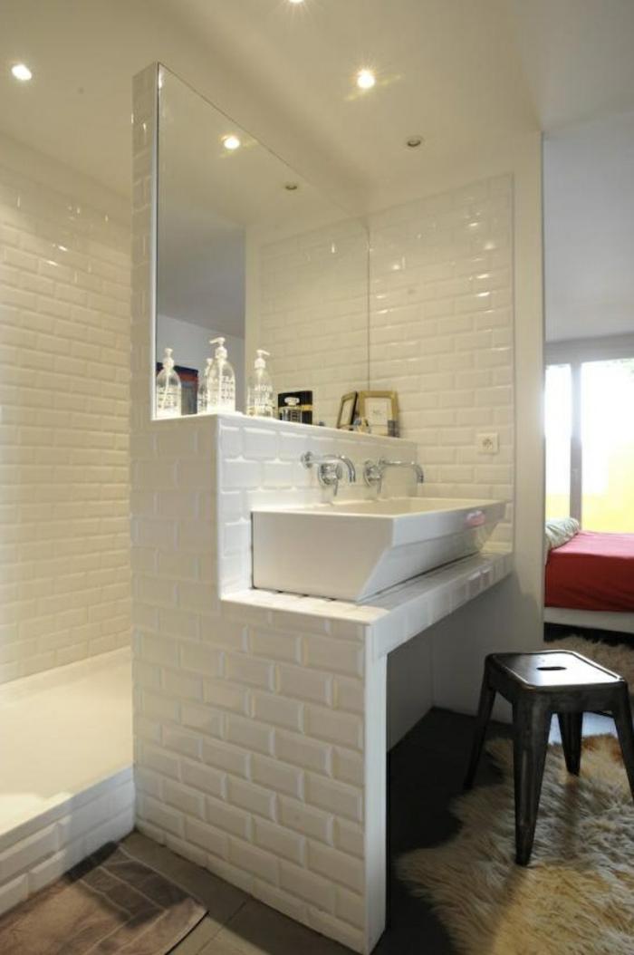 une-joli-idee-pour-bien-aménager-une-petite-salle-de-bain-avec-mur-en-carrelage-blanc