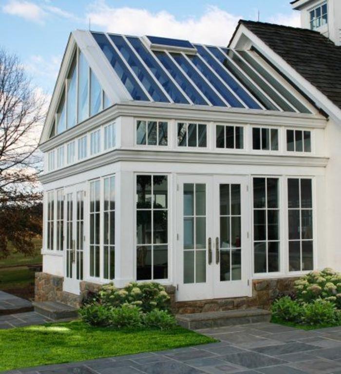 une-jolie-véranda-en-kit-avec-fenetres-en-verre-joli-extérieur-moderne-pour-la-maison-cocooning