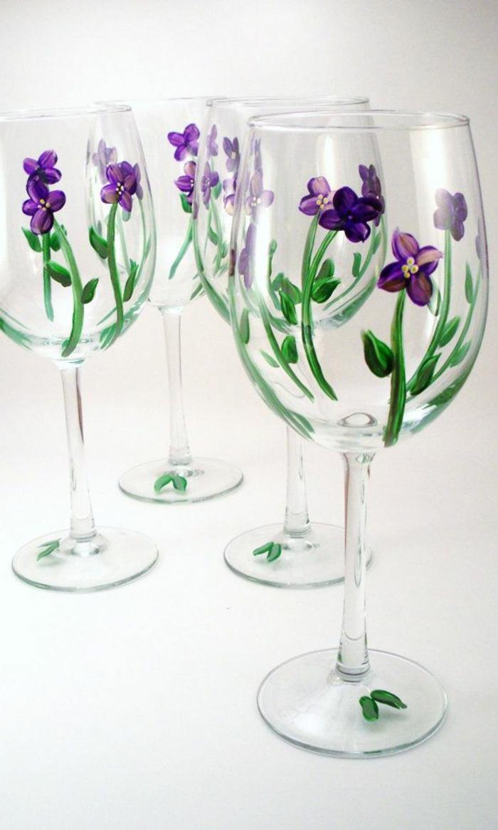 une-jolie-verre-tulipe-avec-une-decoration-avec-fleurs-violets-comment-decorer-la-verre-tulipe