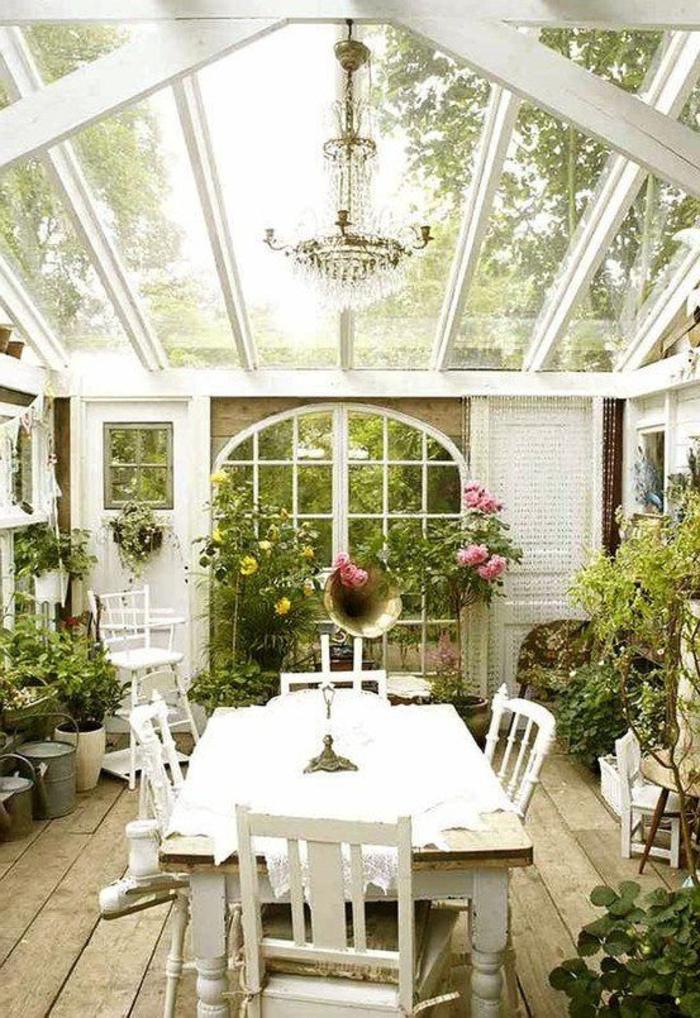 véranda-en-kit-avec-table-et-chaises-de-jardin-en-bois-comment-aménager-une-véranda-en-kit
