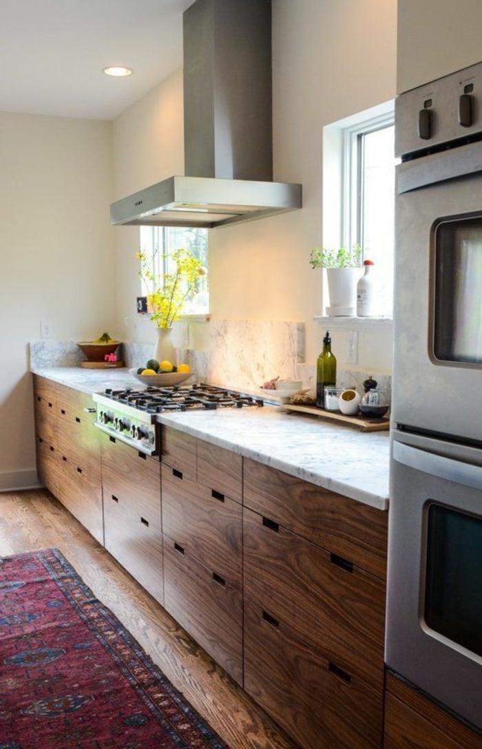 v33-rénovation-cuisine-relooker-sa-cuisine-meubles-en-bois-foncé-sol-en-planchers-tapis-coloré
